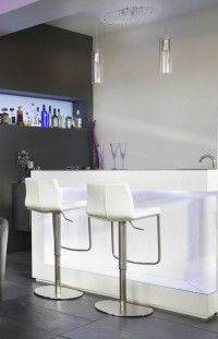Cellier avec coin bar de style contemporain