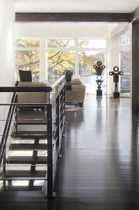 Cage d'escalier ouverte au salon qui nous donne une vue imprenable grâce à une impressionnante fenestration