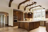 Cuisine avec poutres décoratives au plafond
