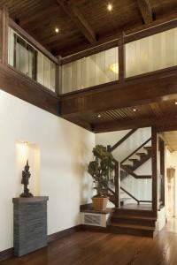 Escalier et passerelle avec main courante en bois et panneaux de verre