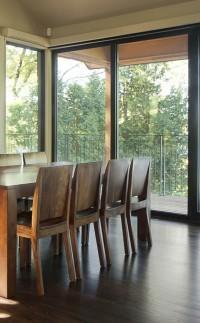 Salle à dîner avec fenestration du plancher au plafond