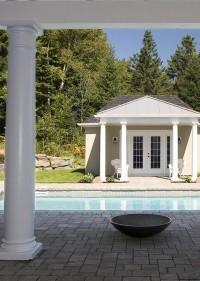 Terrasse et foyer extérieur aménagement autour piscine, maison réalisée par CIM Signature